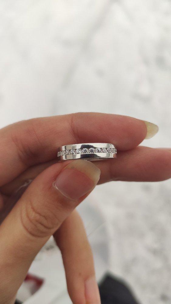 Красивое, качественное кольцо, камушки качественно держаться, хороший подар