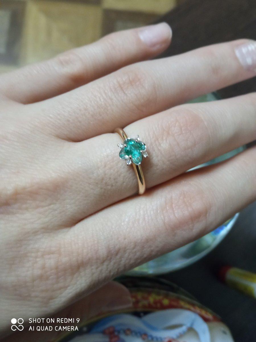 Эффектное кольцо с изумрудом и бриллиантами.