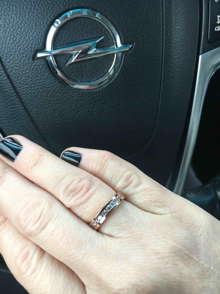 Очень красивое кольцо , брали как обручальное.