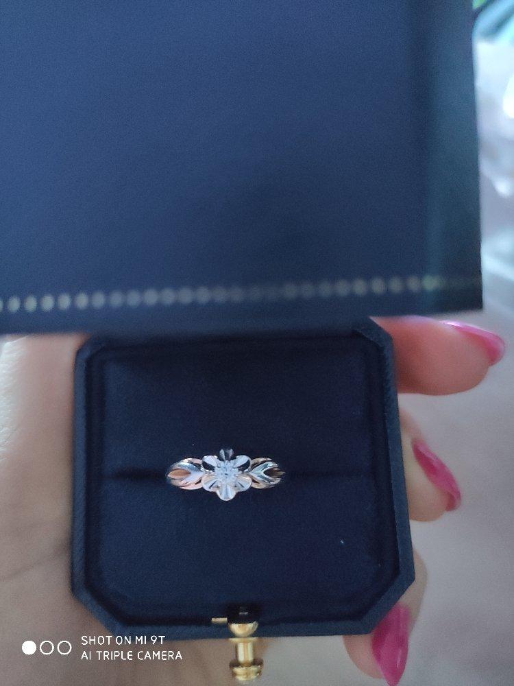 Красивое кольцо с небольшим бриллиантом