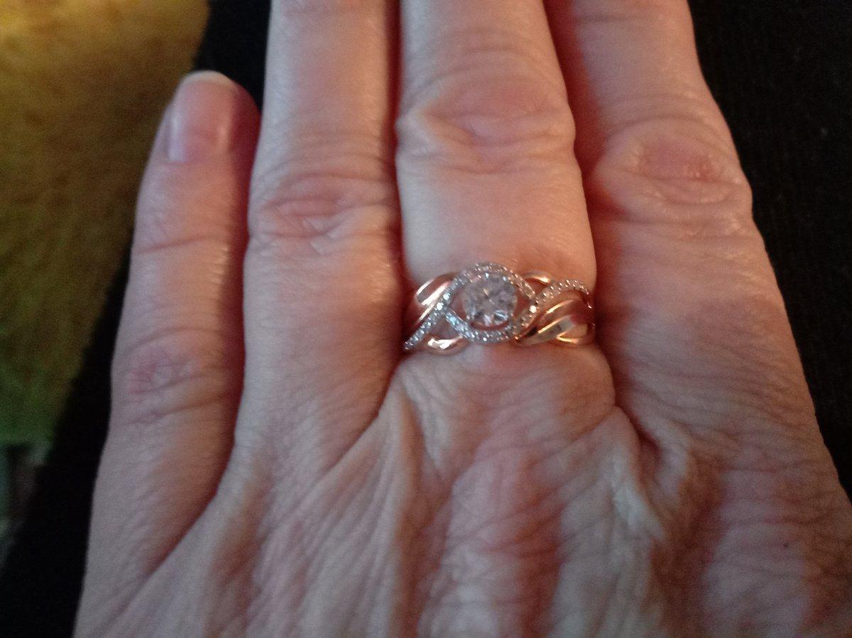 Кольцо это прекрасное и ты смотришься привлекательно.