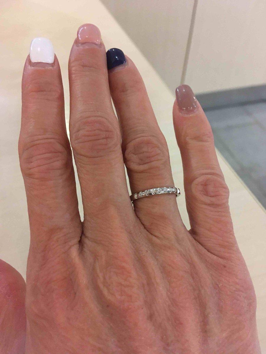 Золотое кольцо из белого золота