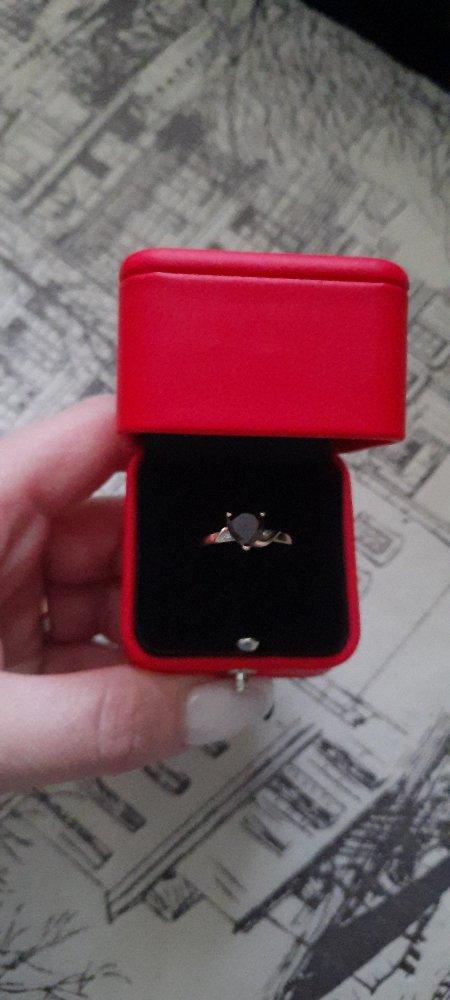 Кольцо с гранатом и бриллиантом.