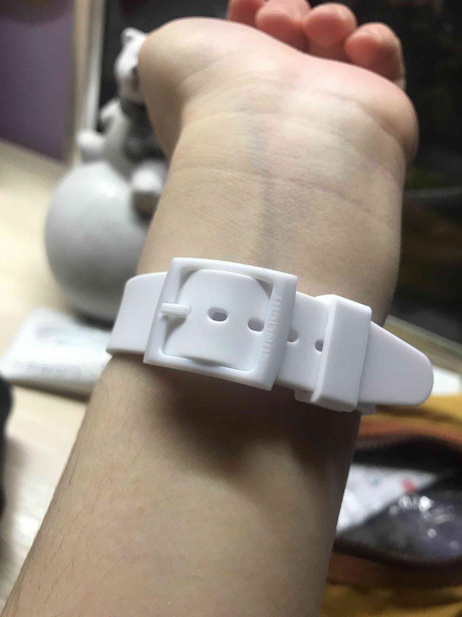 Белые часы на резиновом ремешке
