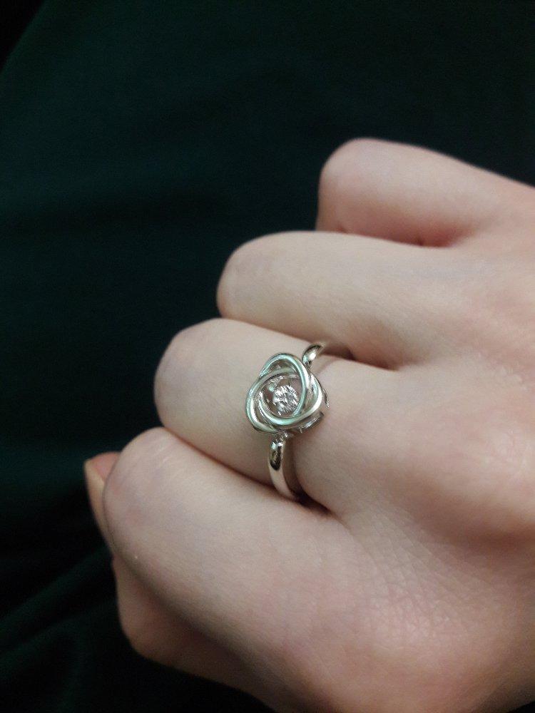 """Нежное кольцо с """"танцующим"""" фианитом"""