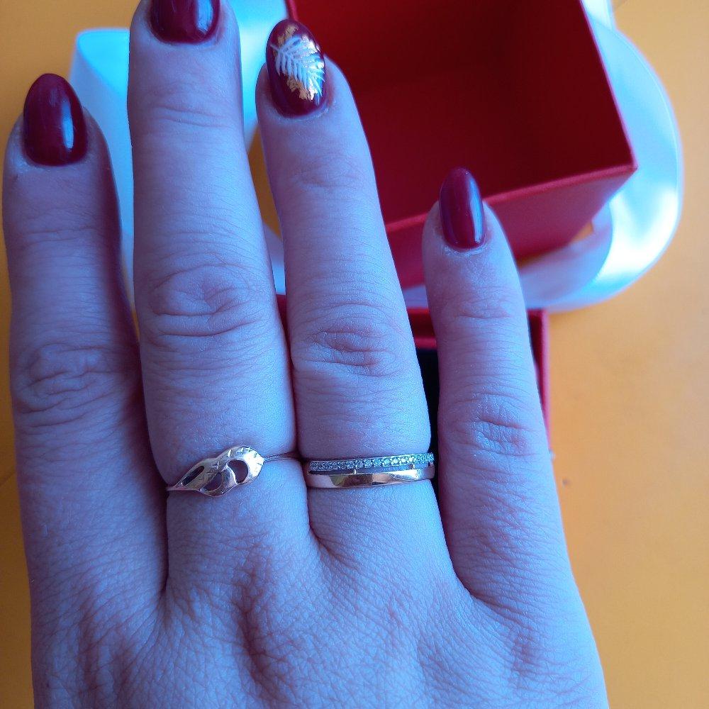Очень элегантное колечко, интересно сделано, смотрится на руке как будто 2