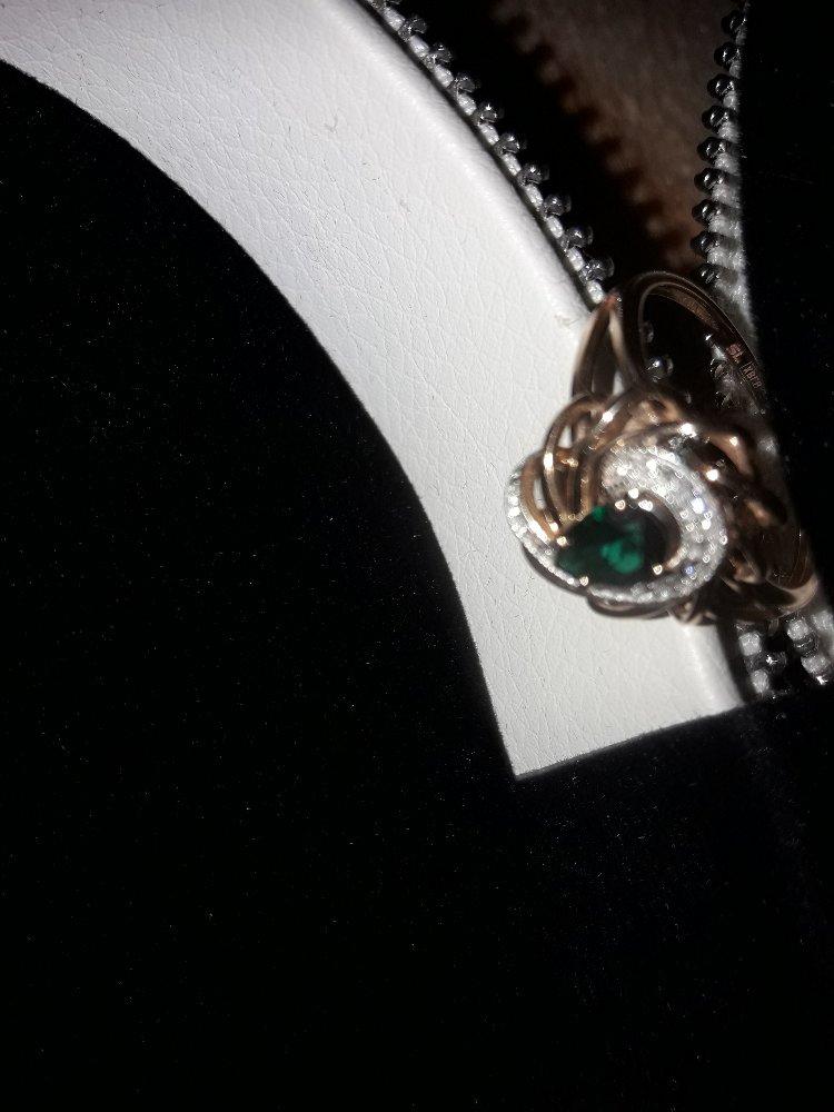 Золотое кольцо с изумрудом и бриллиантами. серия 27866032. артикул 68426.
