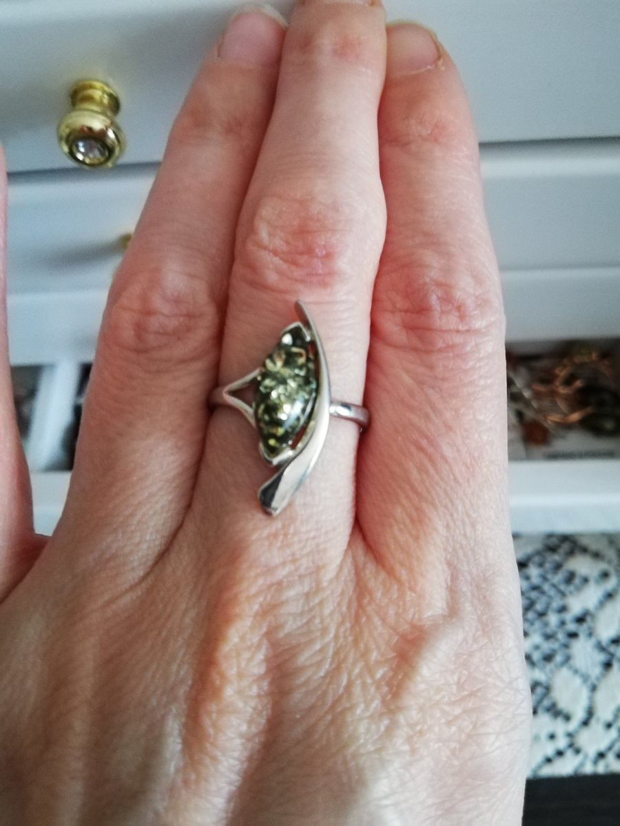 Зелёный янтарь в серебре