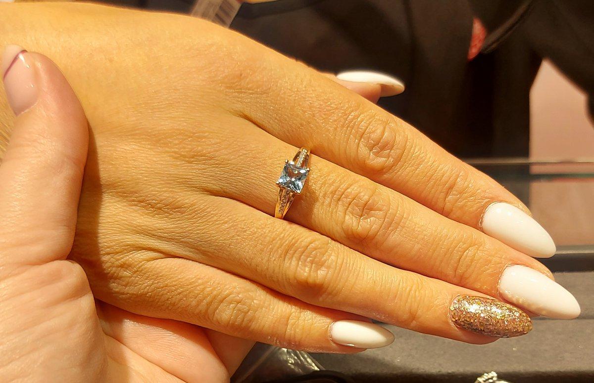 Золотое кольцо с топазами и бриллиантами.