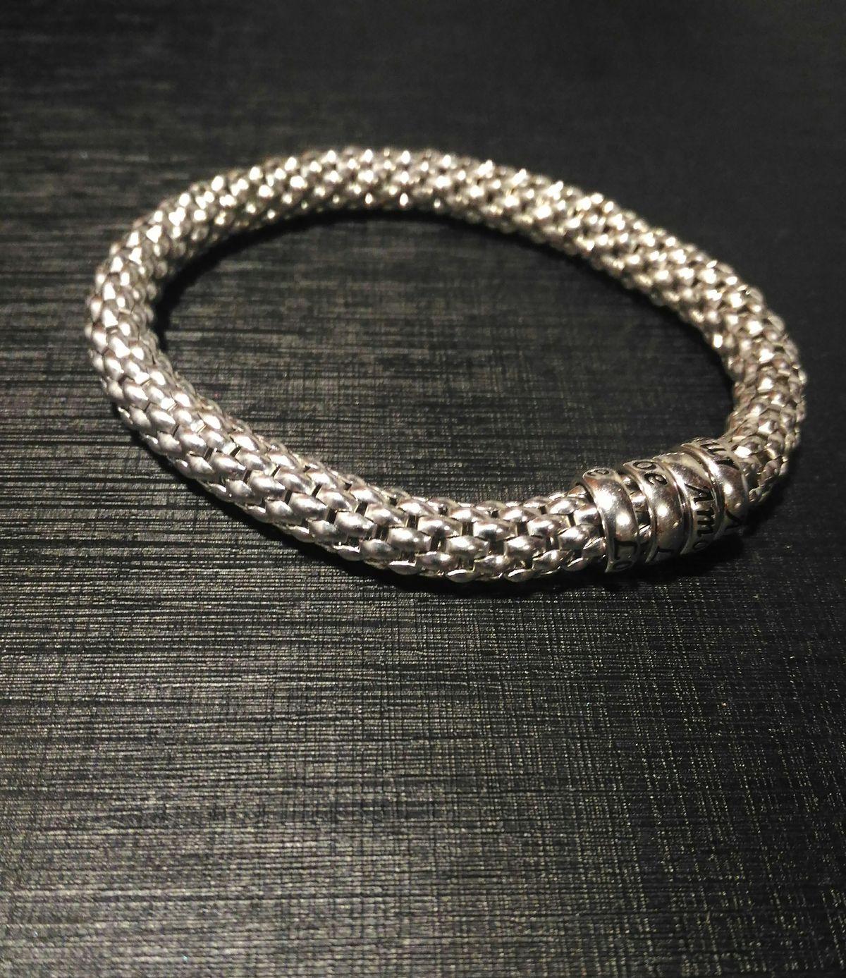 Красивый, стильный браслет.