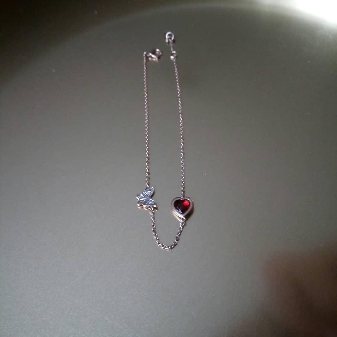 Золотой браслет с бриллиантовой бабочкой и красным сердечком