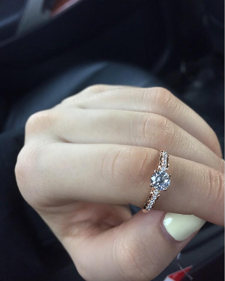 Подарили кольцо с фианитами