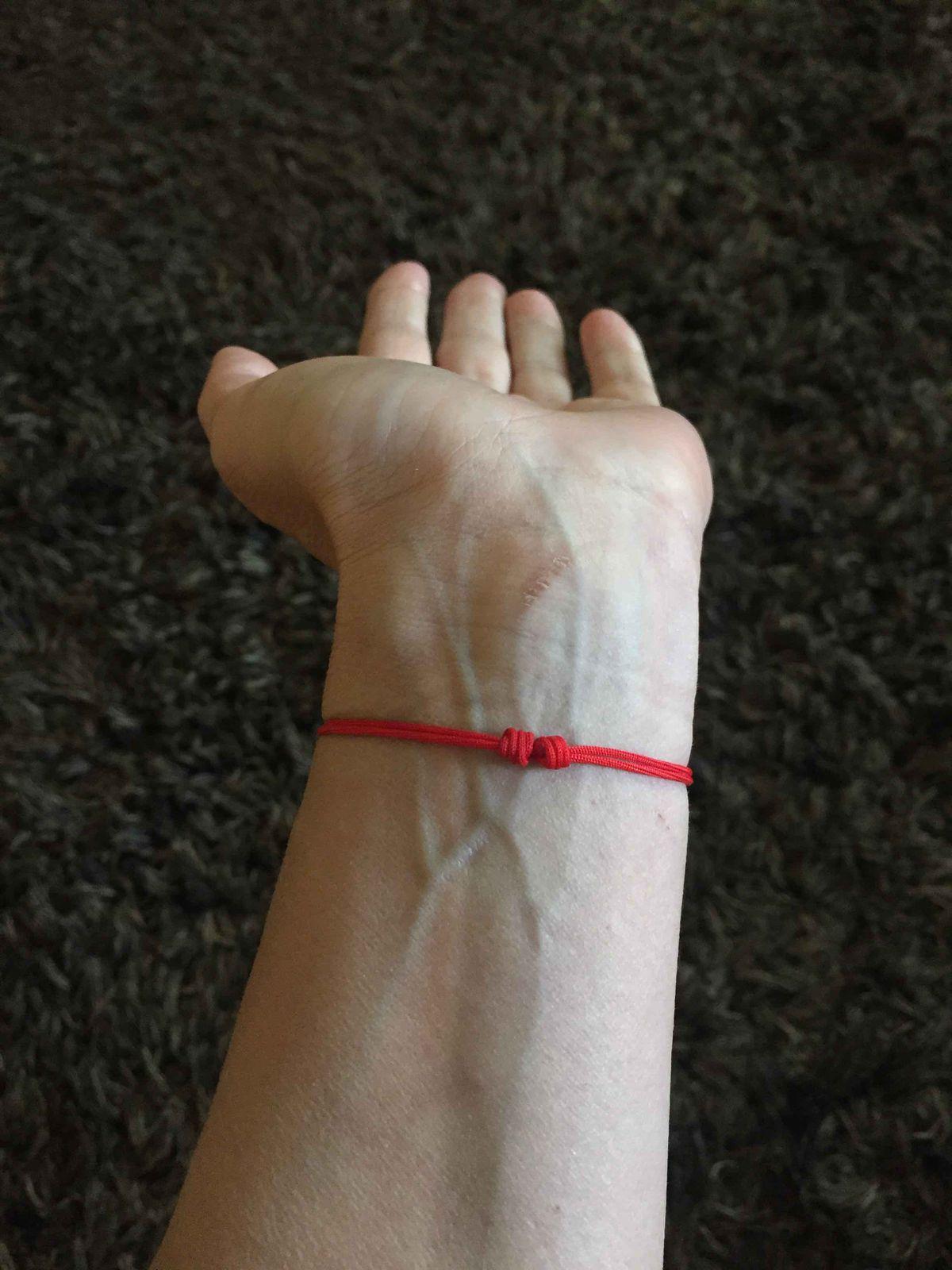 Браслет- красная нить с гравировкой на серебряной пластине спаси и сохрани