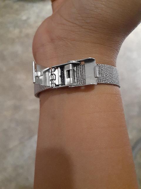 Часы замечательные , на руке смотрятся очень изящно , прекрасный подарок .