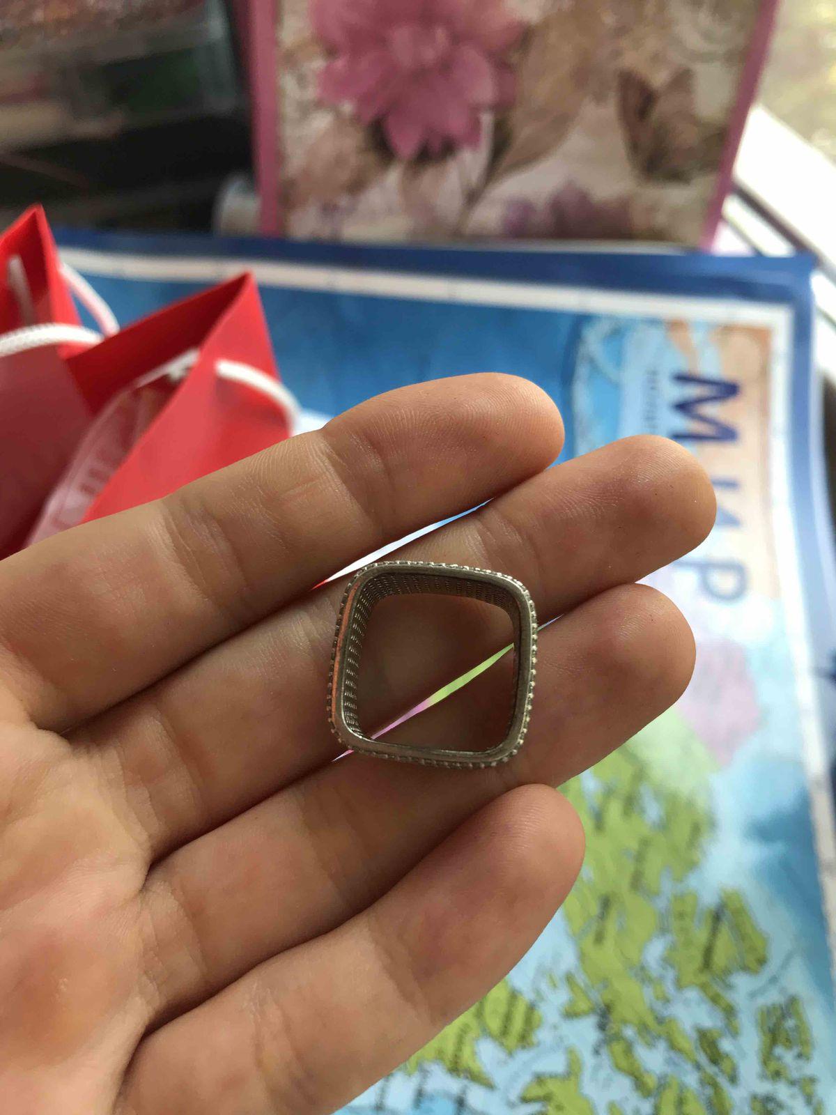 Необычное, сверкающее кольцо