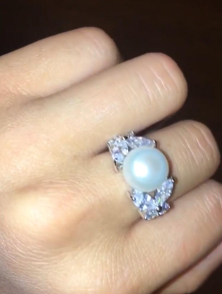 Очень красивое Серебряное кольцо с жемчугом, красиво смотрится на руке.