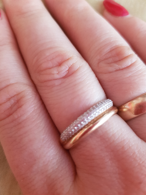 Прекрасное, нежное золотое кольцо с фианитами,аккуратно смотрится на руке.