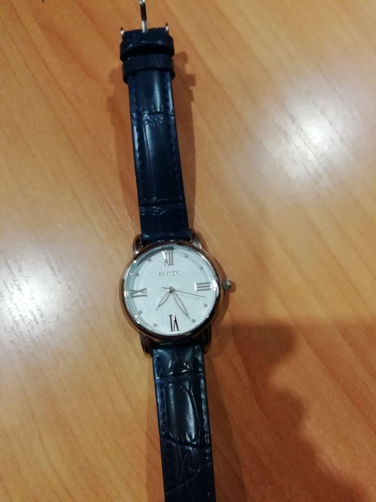 Часы с синим ремешком