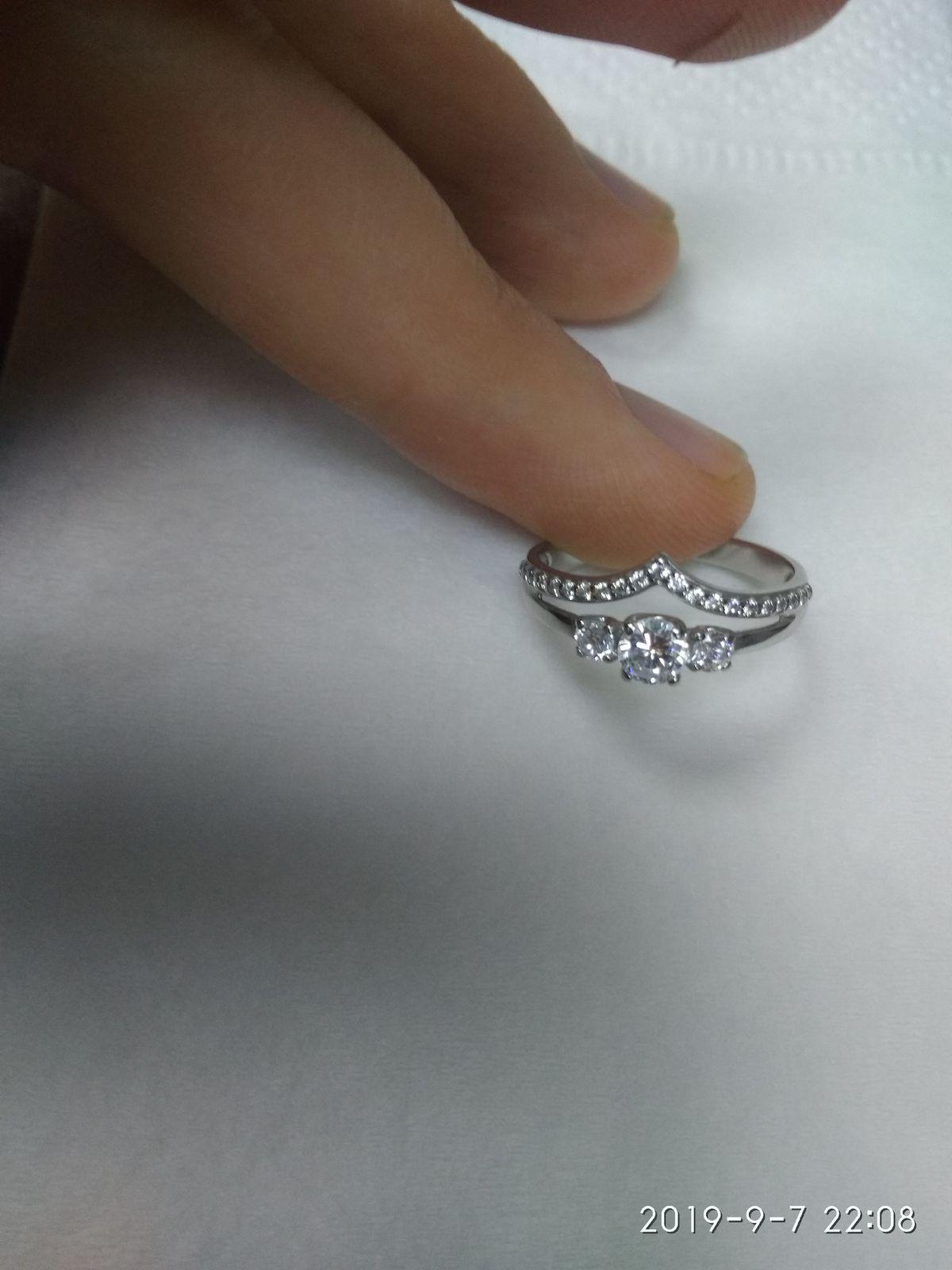 Колечко очень красивое и аккуратно смотрится на тонком пальчике.