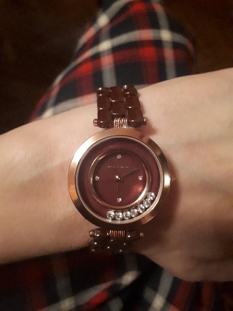 Часы с фианитами и керамическим ремешком.