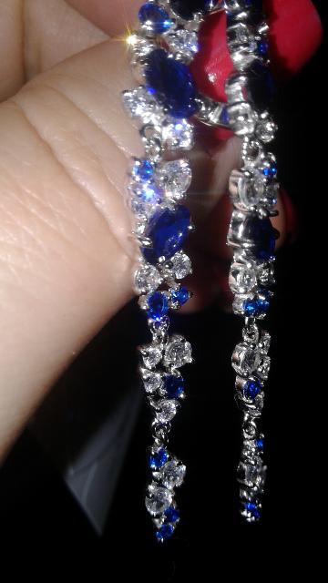 Серьги подвесные с синими и белыми камнями