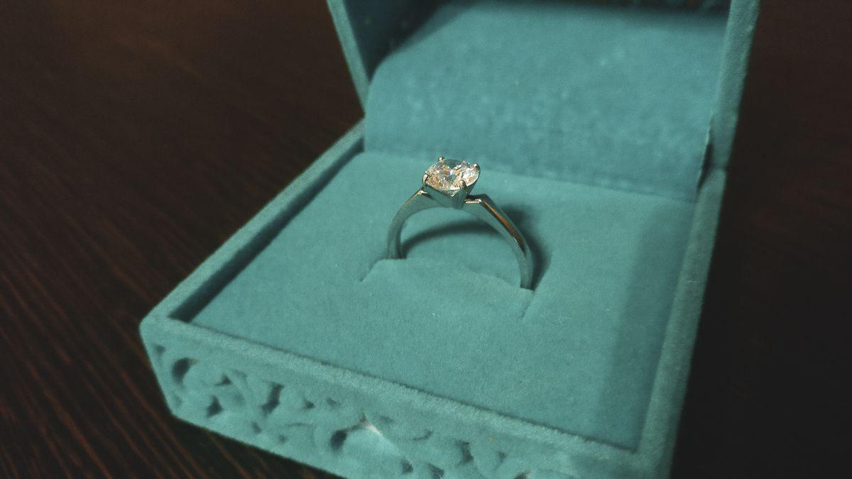 Недорогое, красивое кольцо.