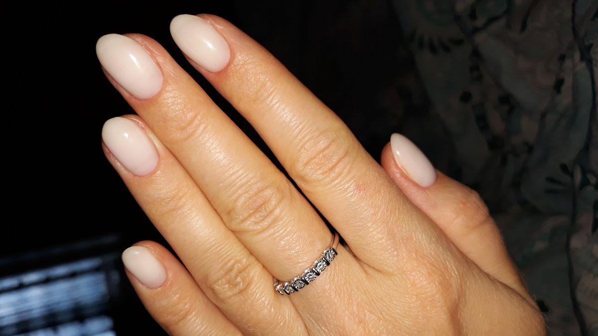 Кольцо с дорожкой бриллиантов.