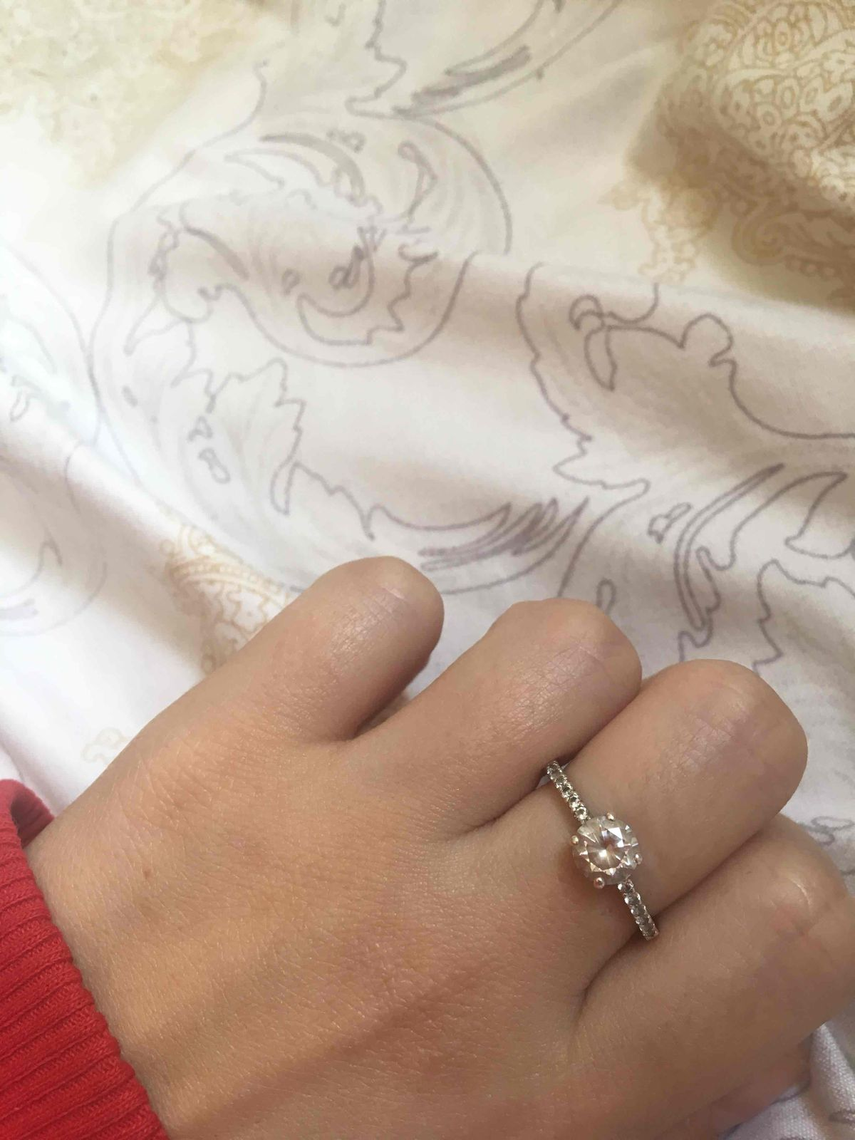 Кольцо с камешком по середине