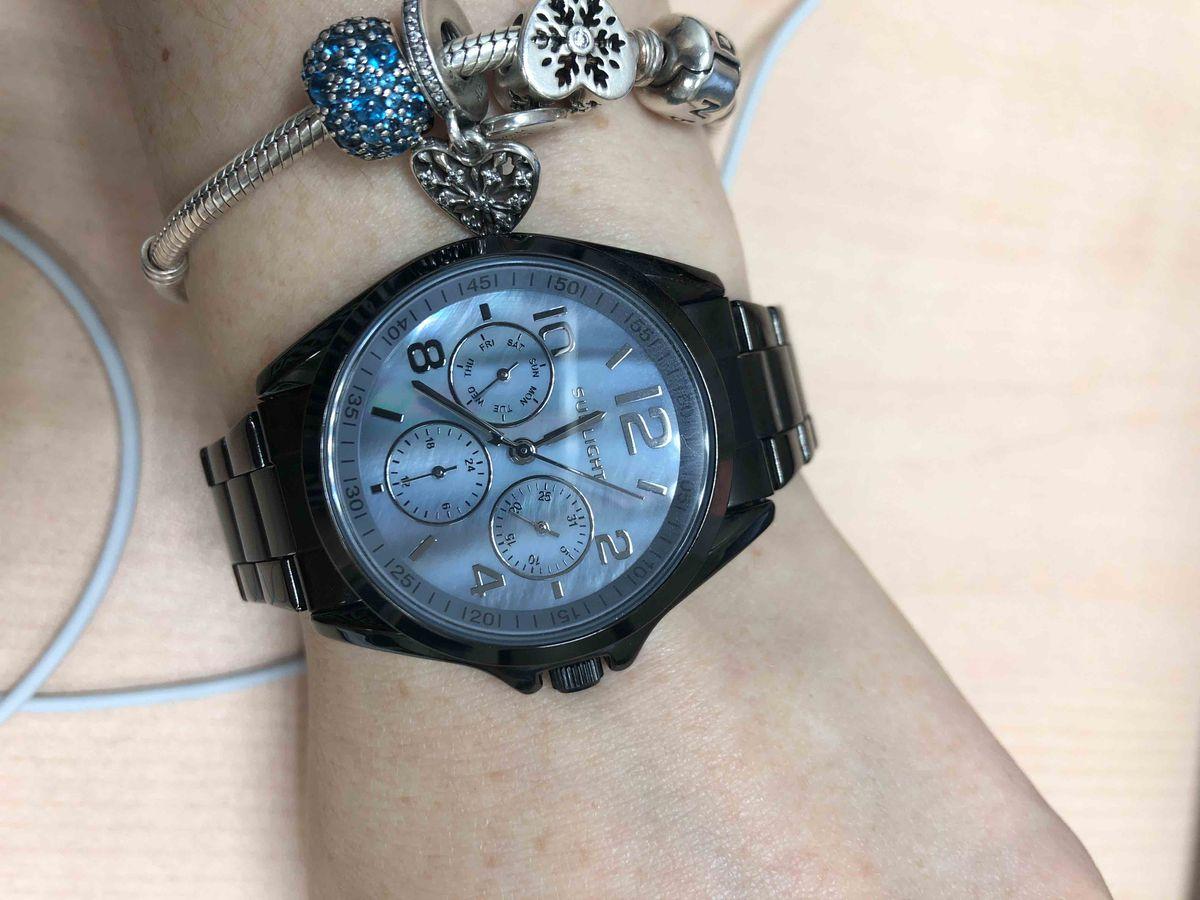 Стильные часы в черном цвете