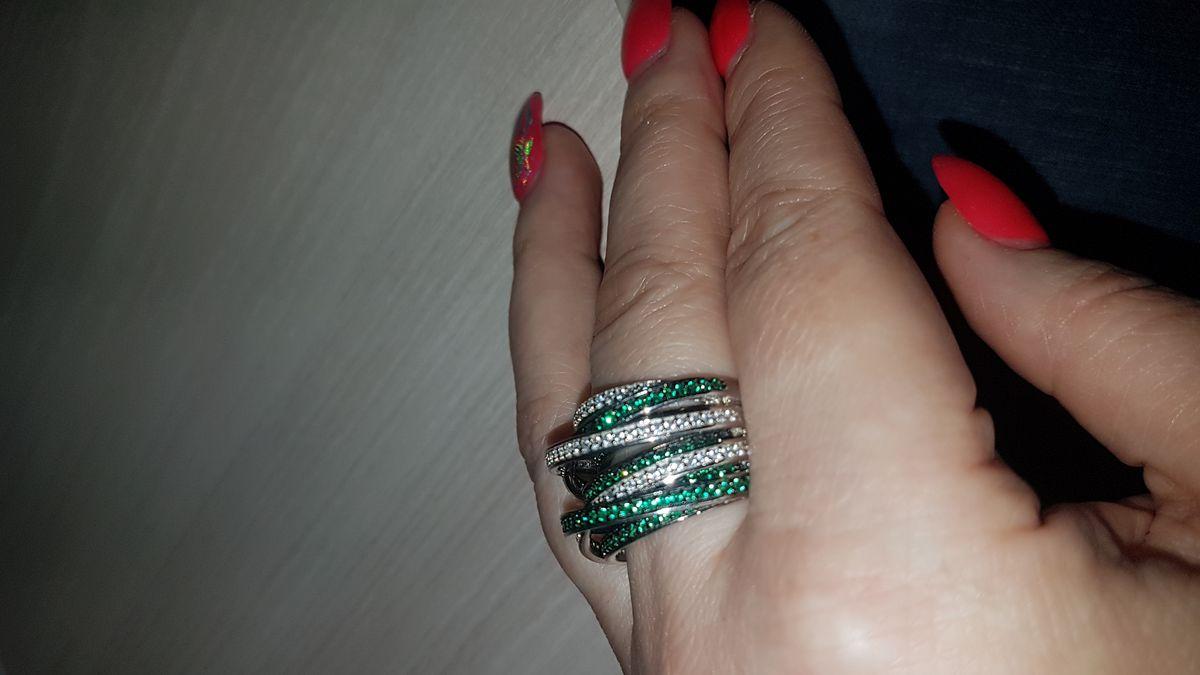 Шикарное кольцо с зелеными фианитами
