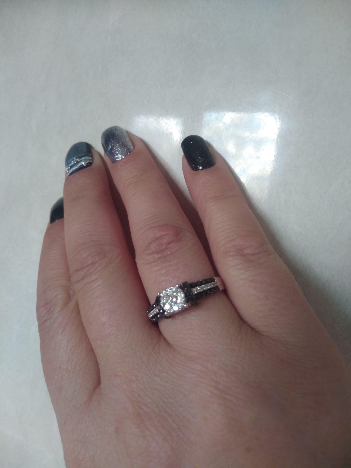Колечко с чёрными и белыми бриллиантами