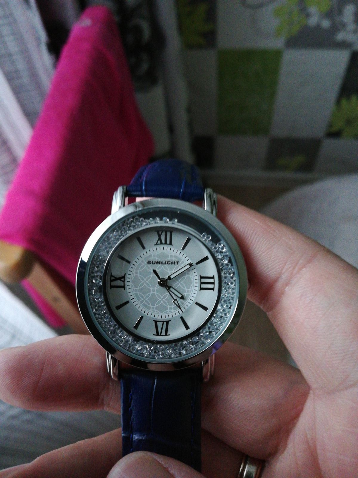 Часы с синим ремешком из кожи.