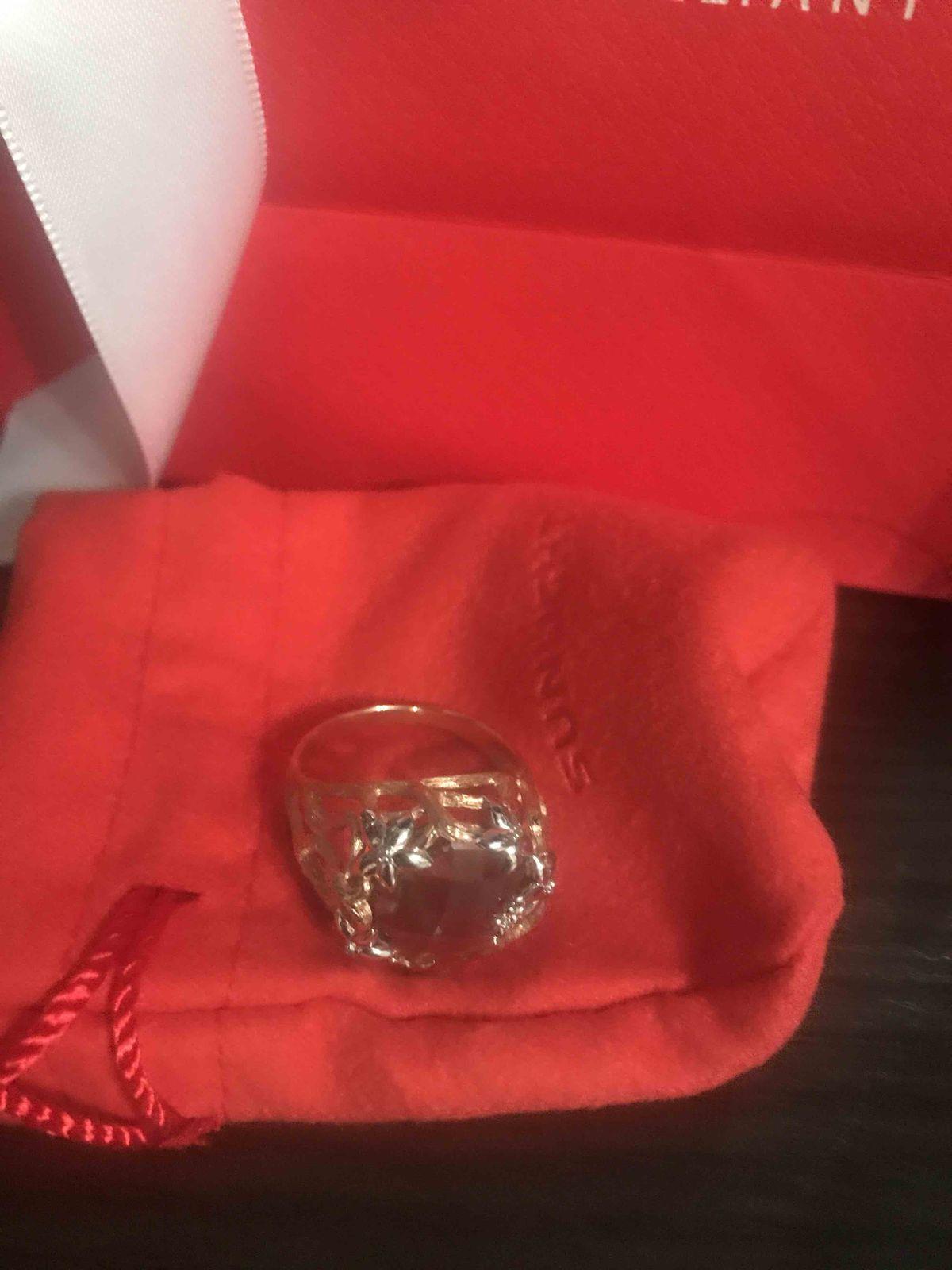 Кольцо очень красивое, простота и нежность в одном.