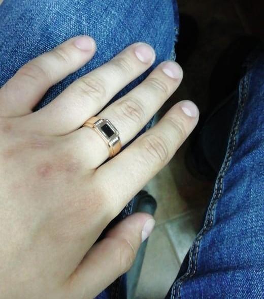 Подарила мужу.