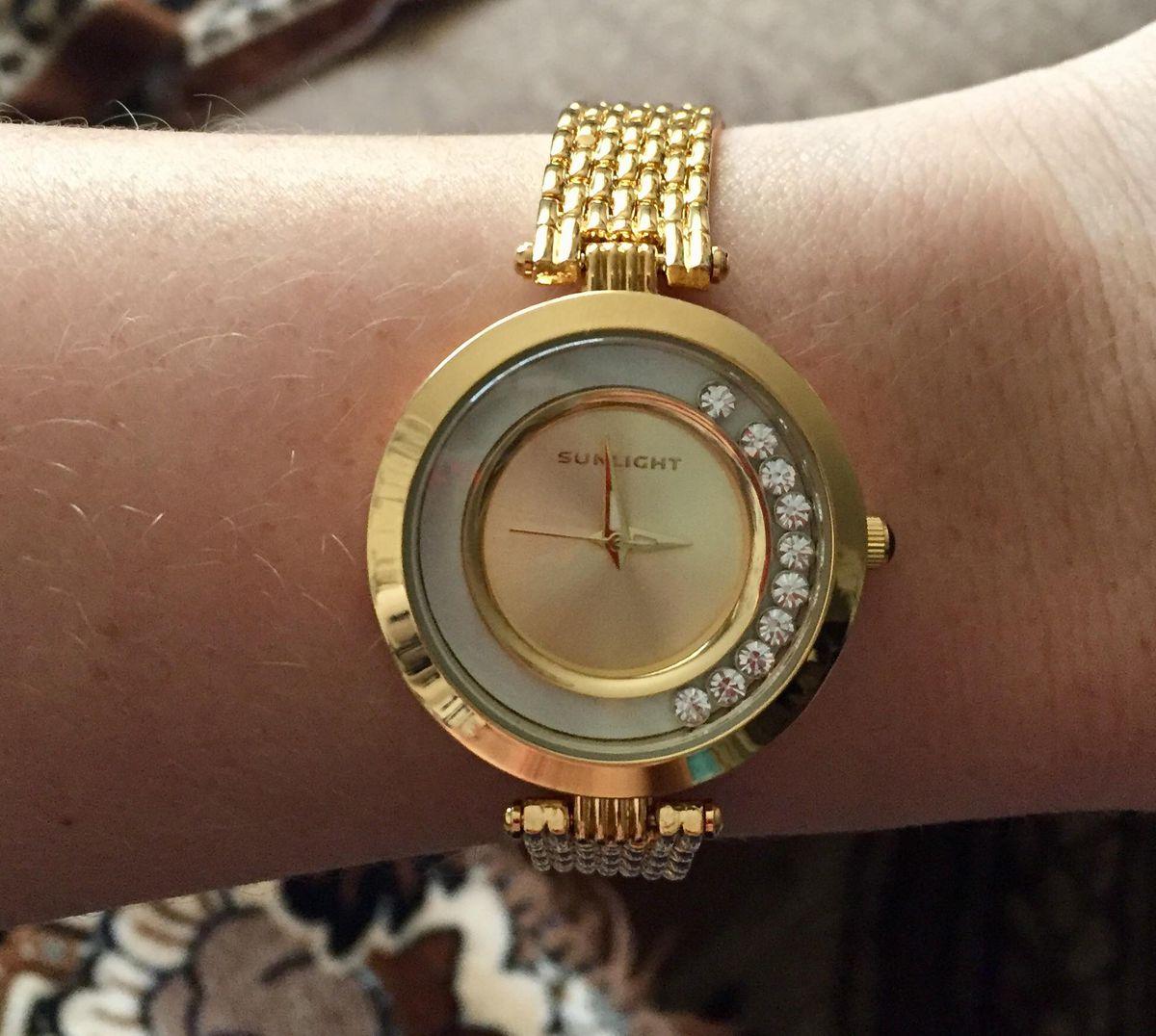Шикарные часы с танцующими кристала, отличное дополняют образ любой девушки