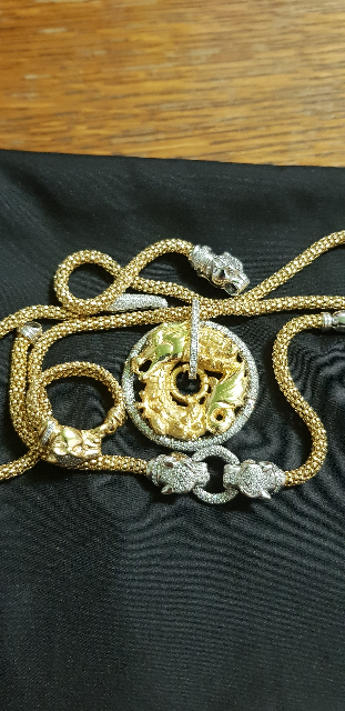 Шейное украшение из серебра.