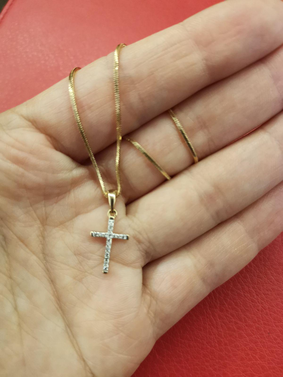 Изысканный и миниатюрный крестик.