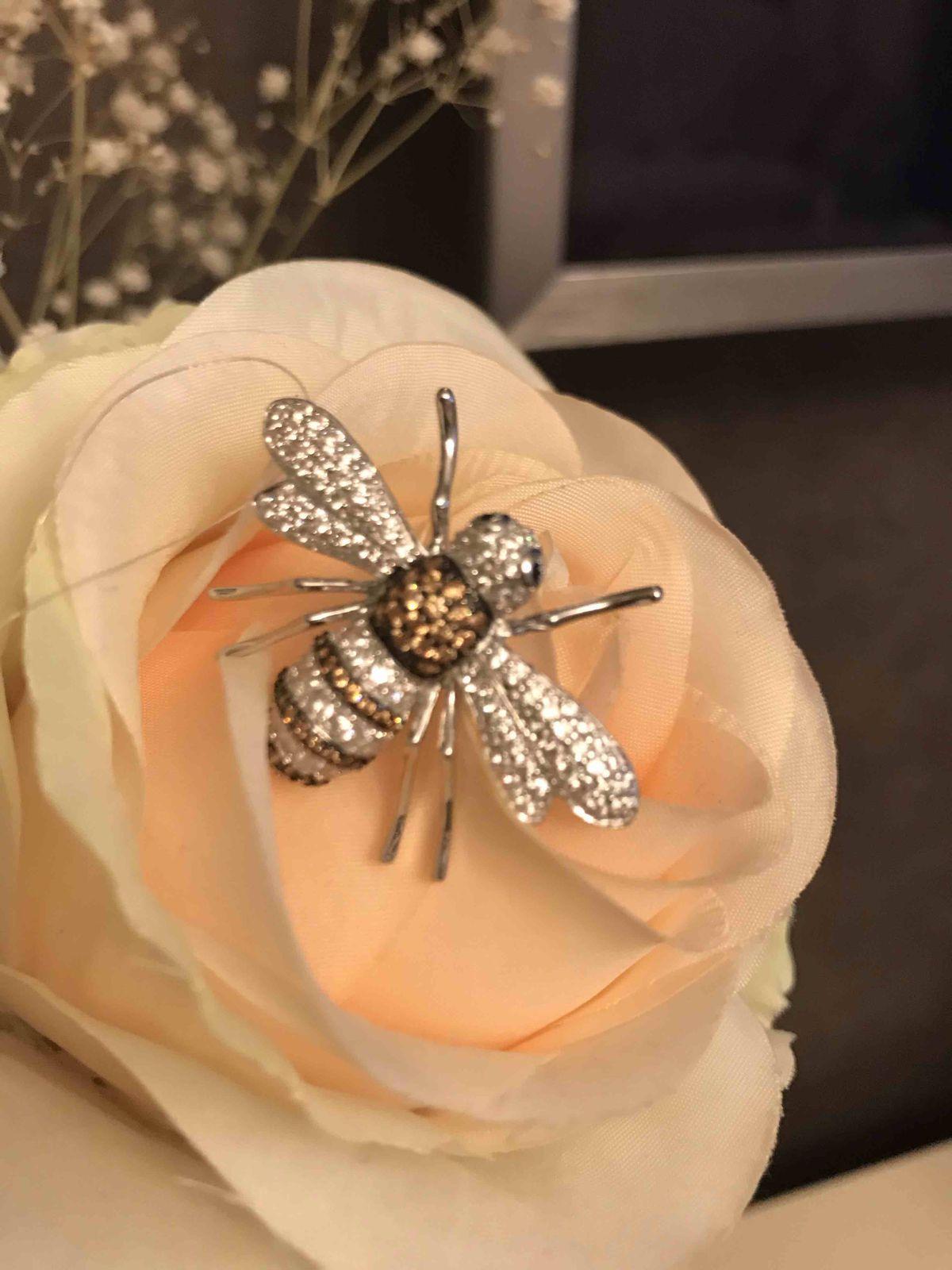 Серебряная брошь с фианитами пчела