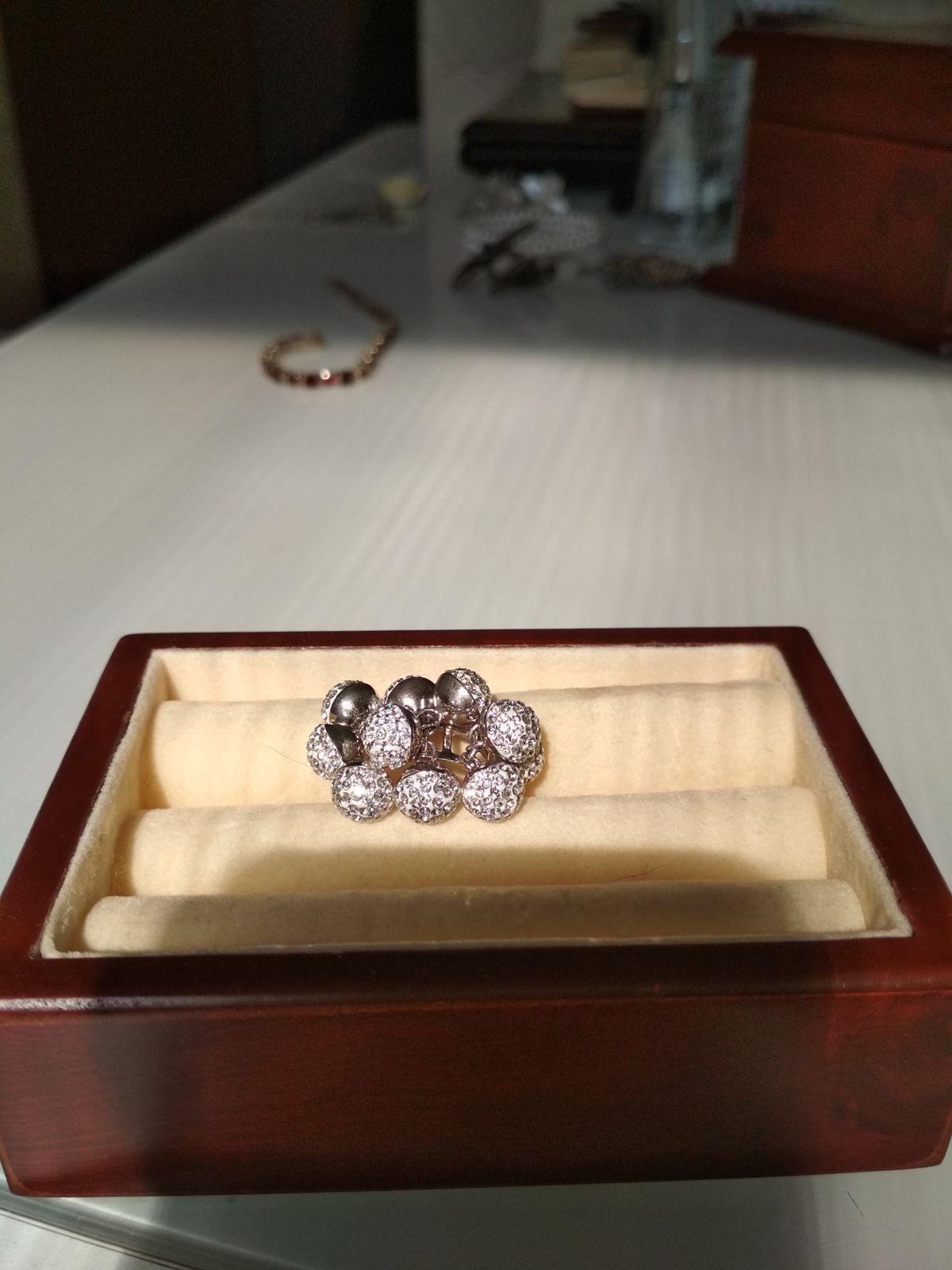 Кольцо с кристаллами Сваровски.