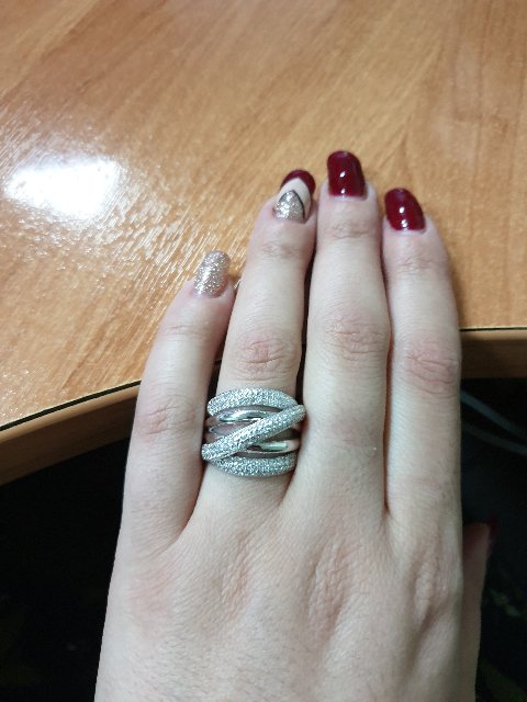 Очень красивое и нежное кольцо, не смотря на размер, выглядит очень богато,