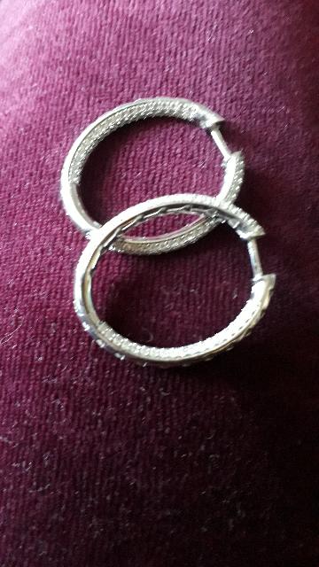 Покупала сережки к кольцу!Они просто великолепные..оригинальная застежка..