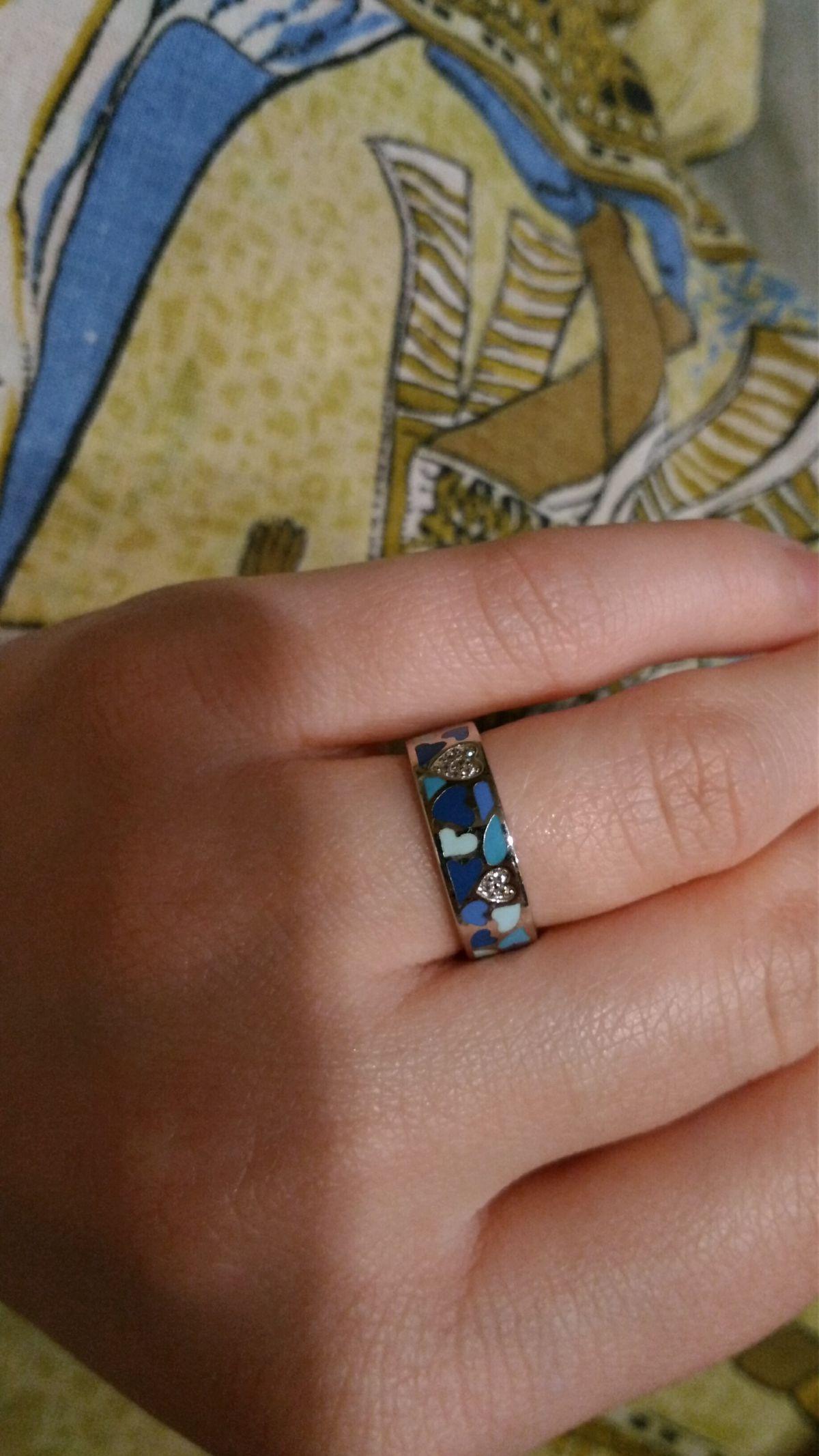 Серебряное кольцо с эмалевой вставкой и фианитами.