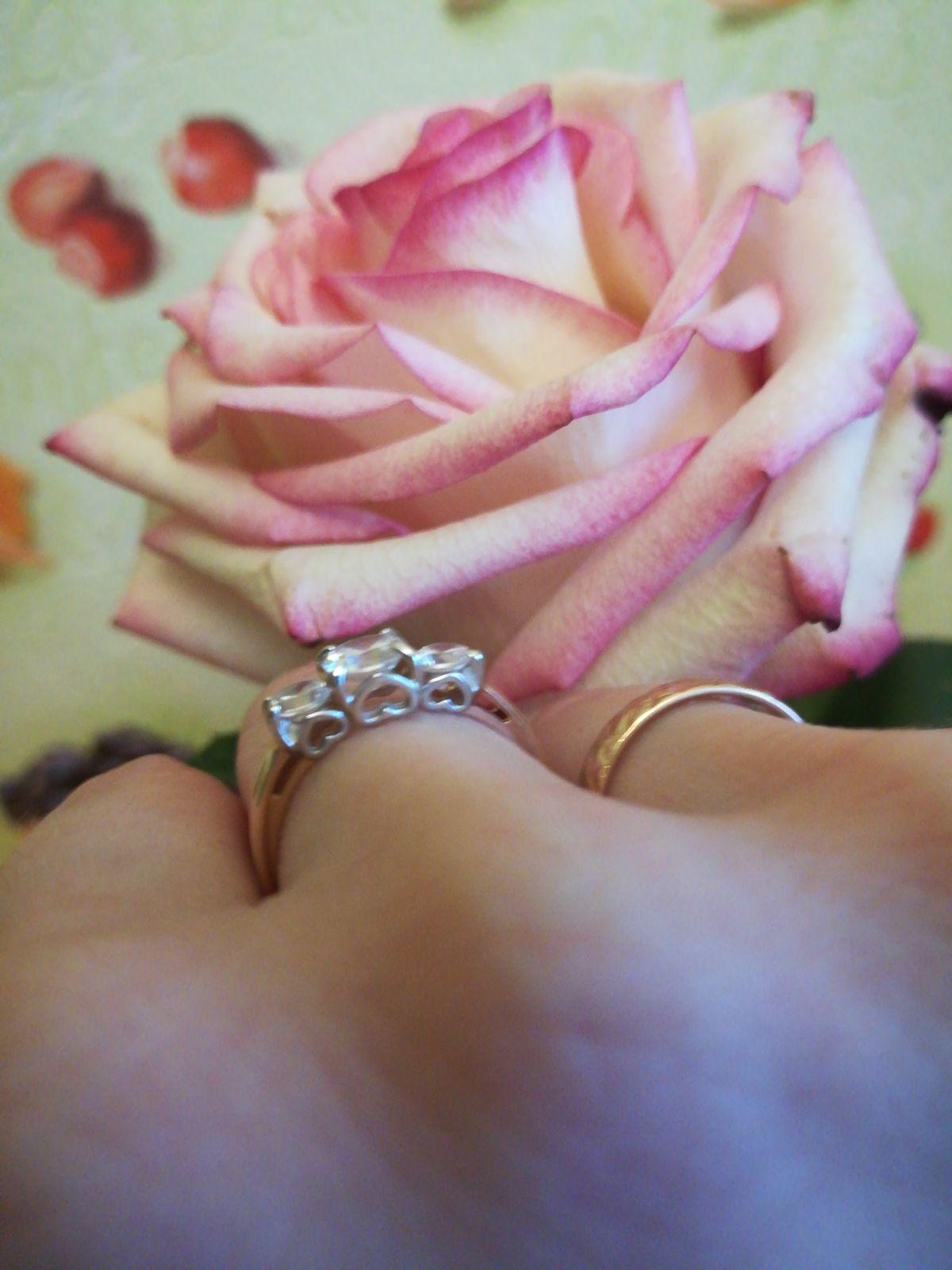 Оригинальное кольцо три фианита