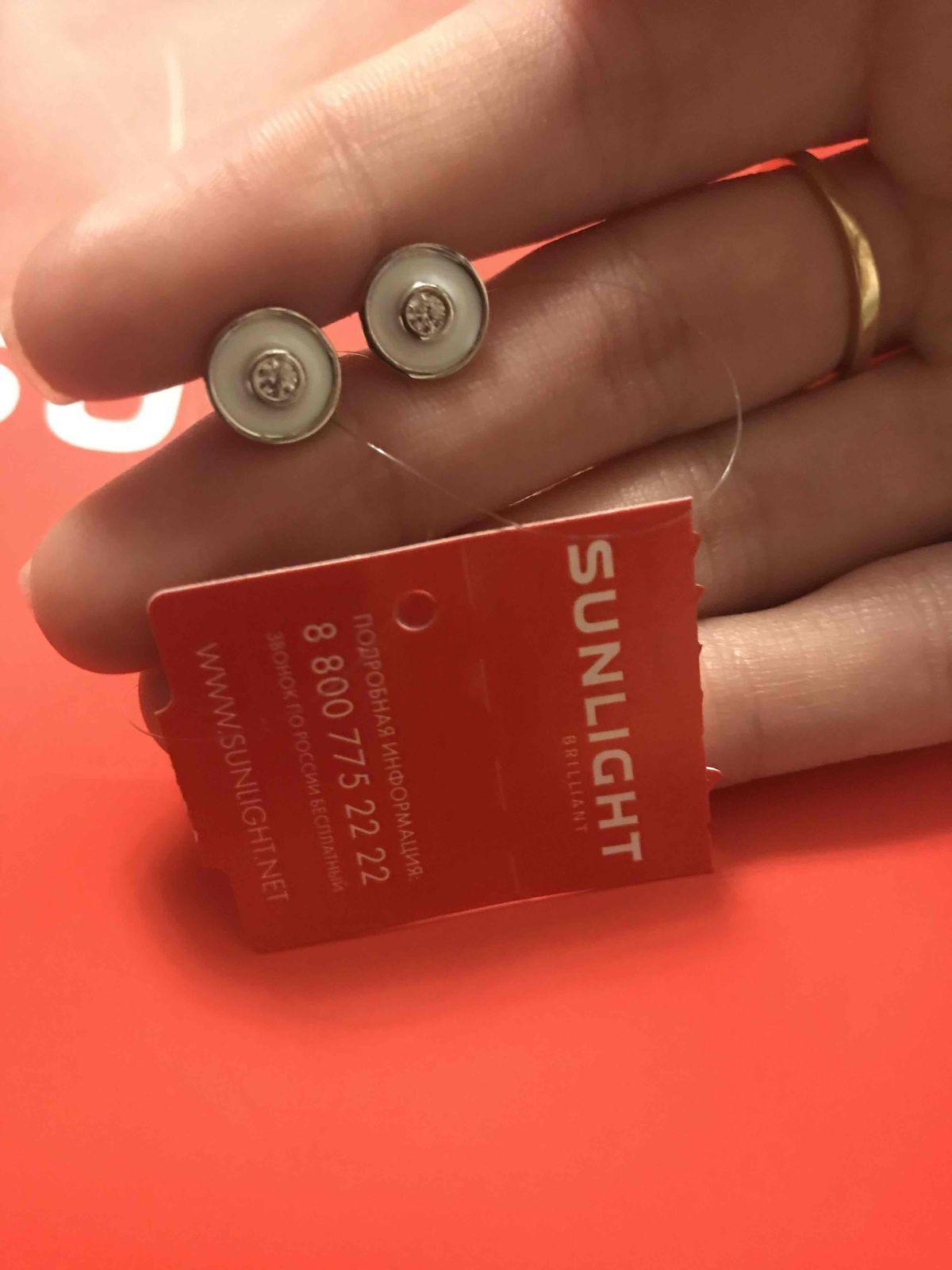 Серебряные серьги с фианитом и эмалью дополнят наряд любой модницы