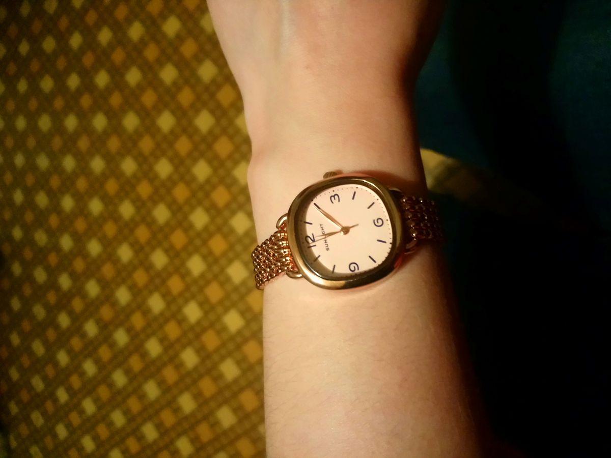 Часы золотого цвета, стальные, кварцевые.