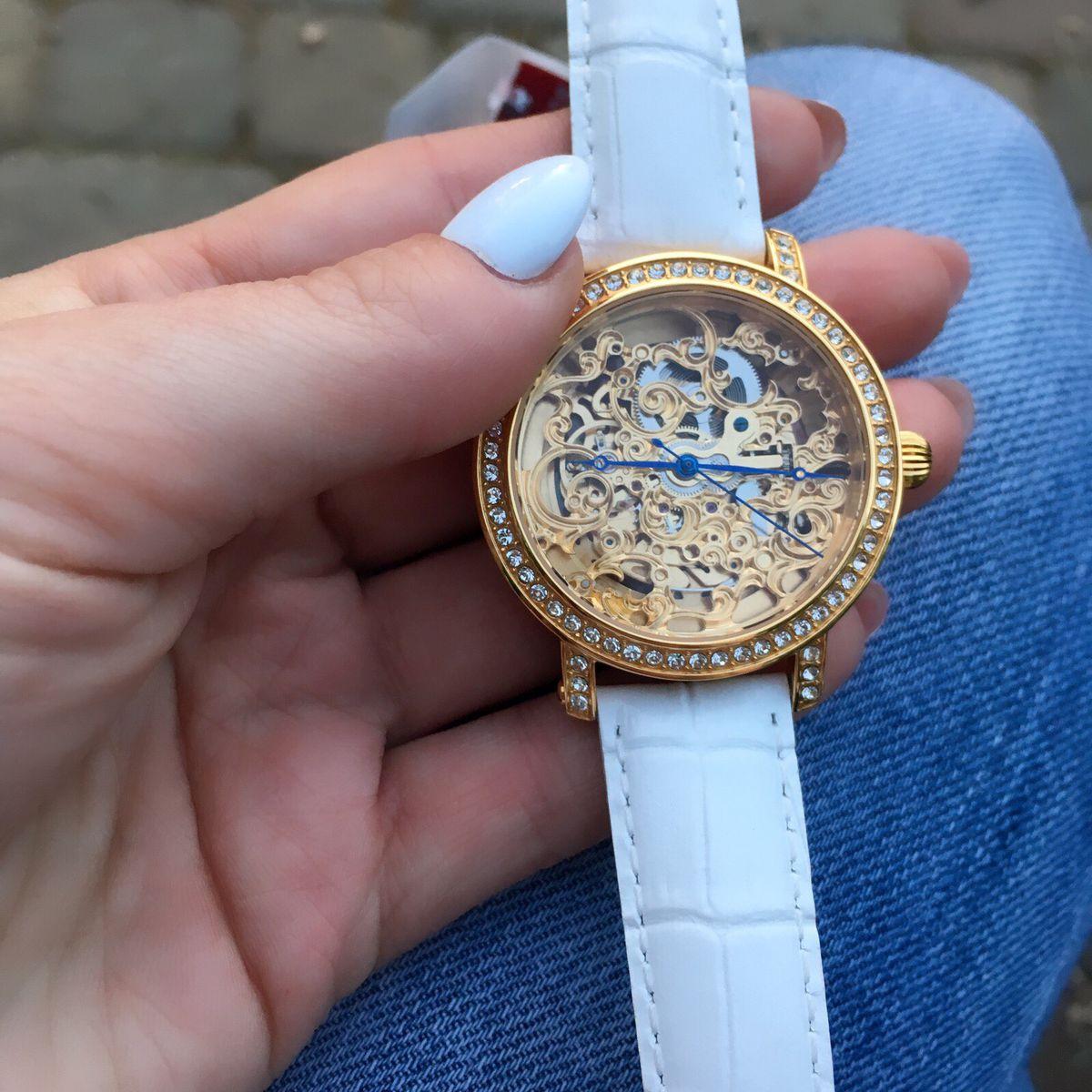 Часы получила