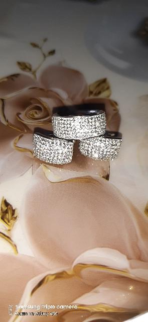 Кольцо с кристаллами.