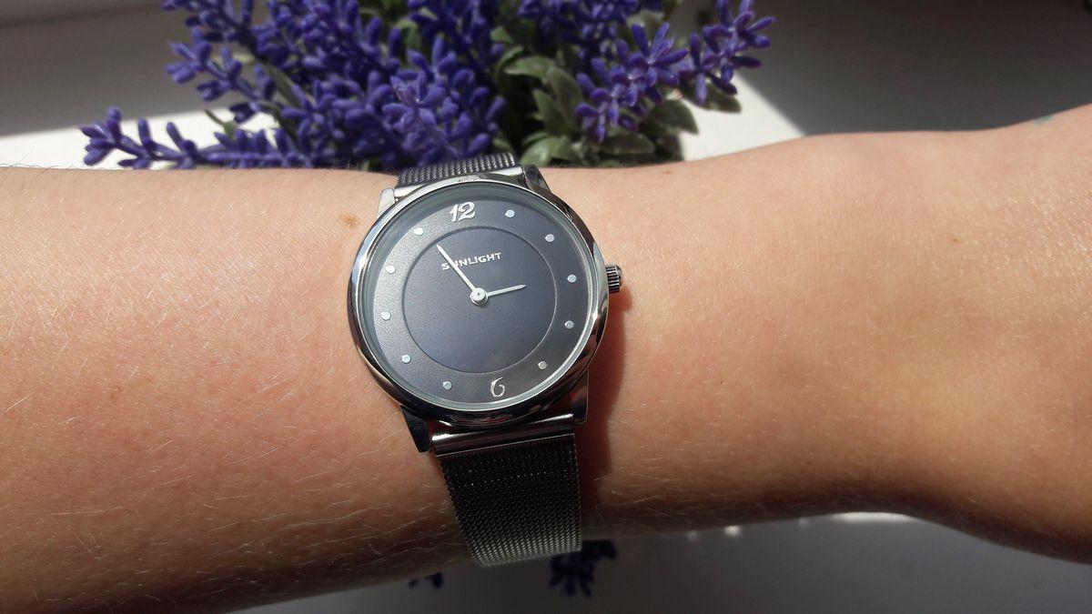 Часы на тонком браслете