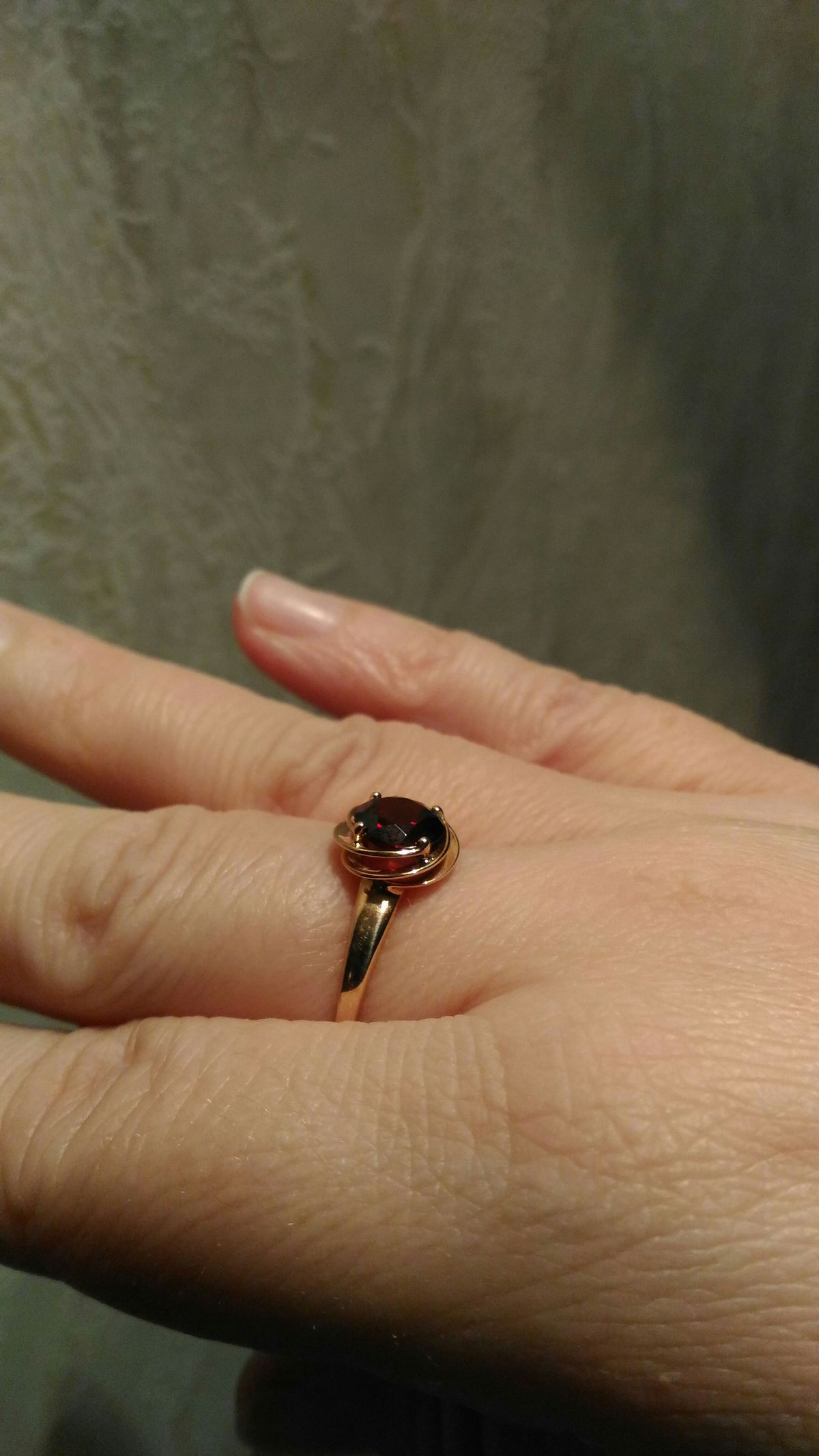 Красивое кольцо с гранатом!