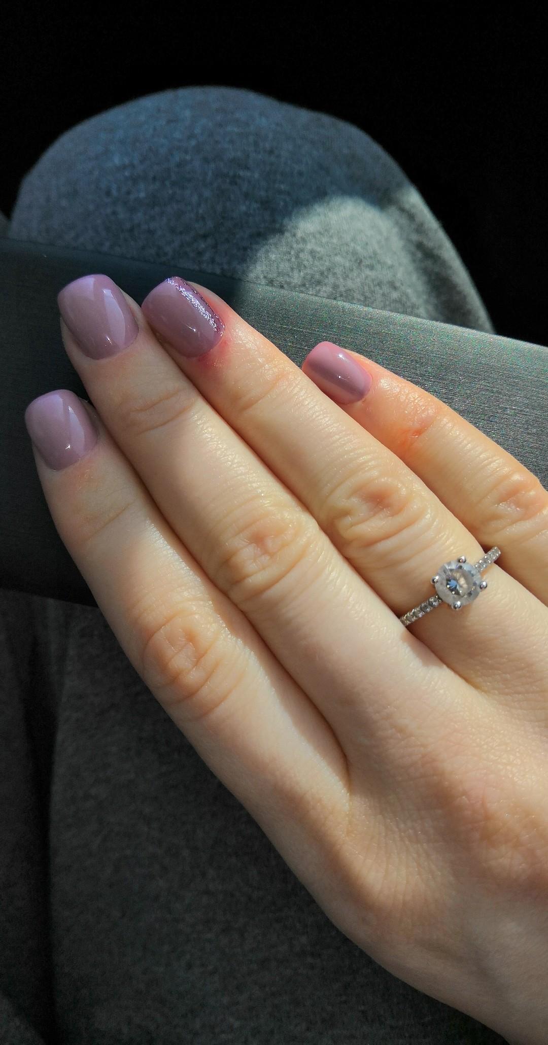 Очень красивое серебряное кольцо с большим фианитом и маленькими фианитами!